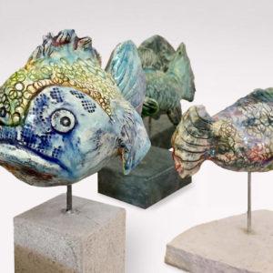 mehrere Fische Skulpturen